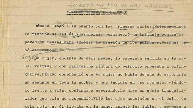 Primera página del manuscrito, en el que García Márquez cambió el título de su puño y letra. CHRISTIE'S /ABC